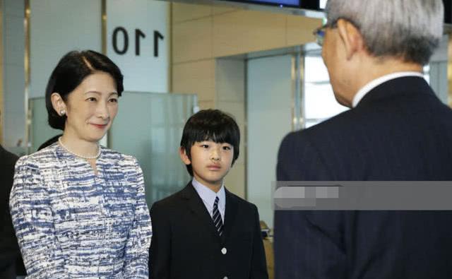<b>日本皇室文仁一家结束访问不丹回东京!13岁独苗小王子笑起来真甜</b>