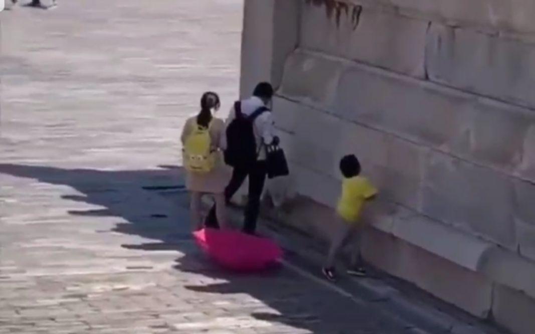 北京故宫疑有游客随地小便,工作人员称正在核实