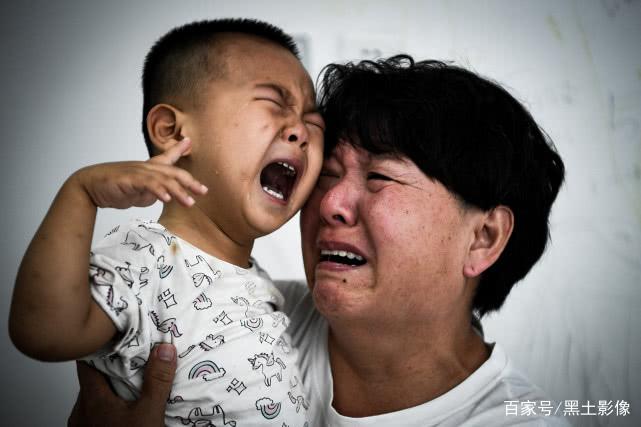 3岁娃发现自己和别人不一样放声大哭,奶奶:还不如傻傻的活着