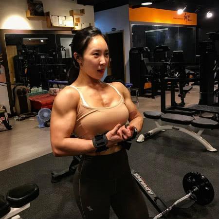 【猪猪评球】原创韩国肌肉女神,长相神似霍思燕,一身炸裂肌肉不