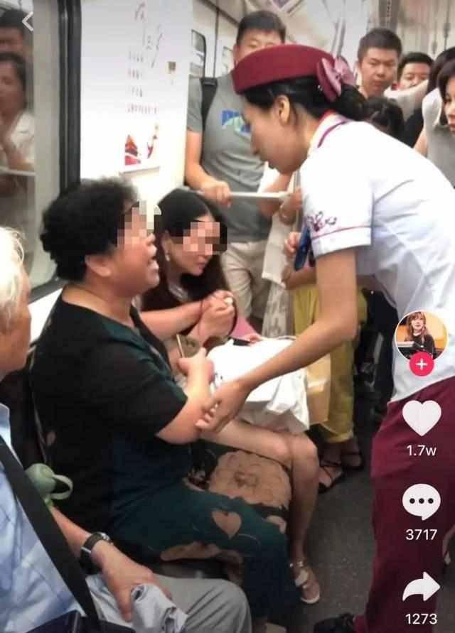 武汉一大妈地铁打人,还诬赖女孩先动手,乘客纷纷替女孩作证