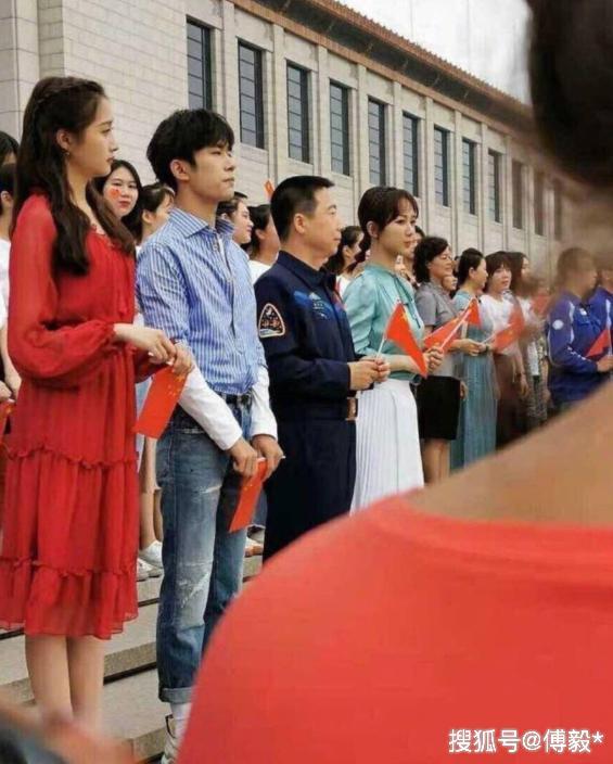 易烊千玺军训后首现身,与关晓彤杨紫参加活动,其中一幕很感人!