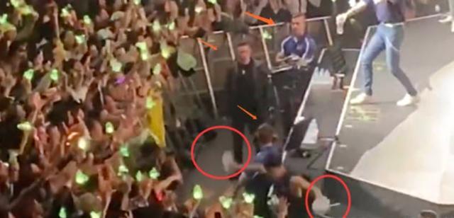 王嘉尔演唱会踩空摔落舞台,躺地许久队友看到却不扶资讯