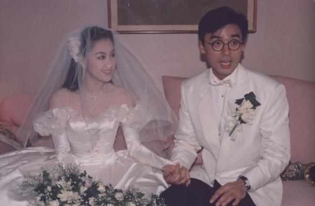 66岁钟镇涛携爱妻美国登台顺带庆祝木婚,深情接吻秀23年深厚感情