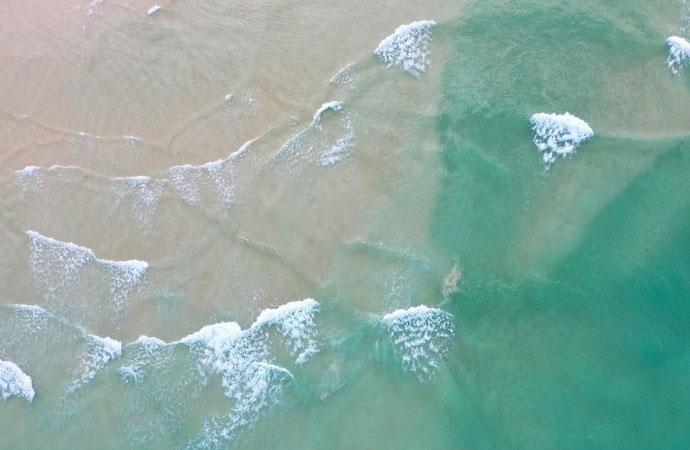 想去海边度假,推荐你去文昌月亮湾,11公里的海滩清晨只有5个人