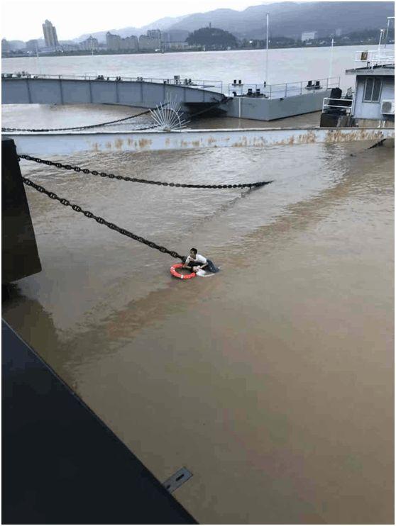 浙江海警局两名战士勇救落水群众