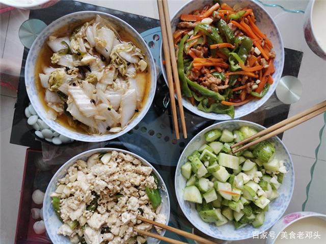原创            大热天闺蜜来家里蹭饭,一桌菜只需十几块钱,她却吃得津津有味!