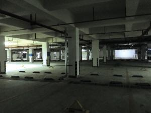 """质疑小区车库是""""半成品""""兴景逸园业主拒交停车费"""
