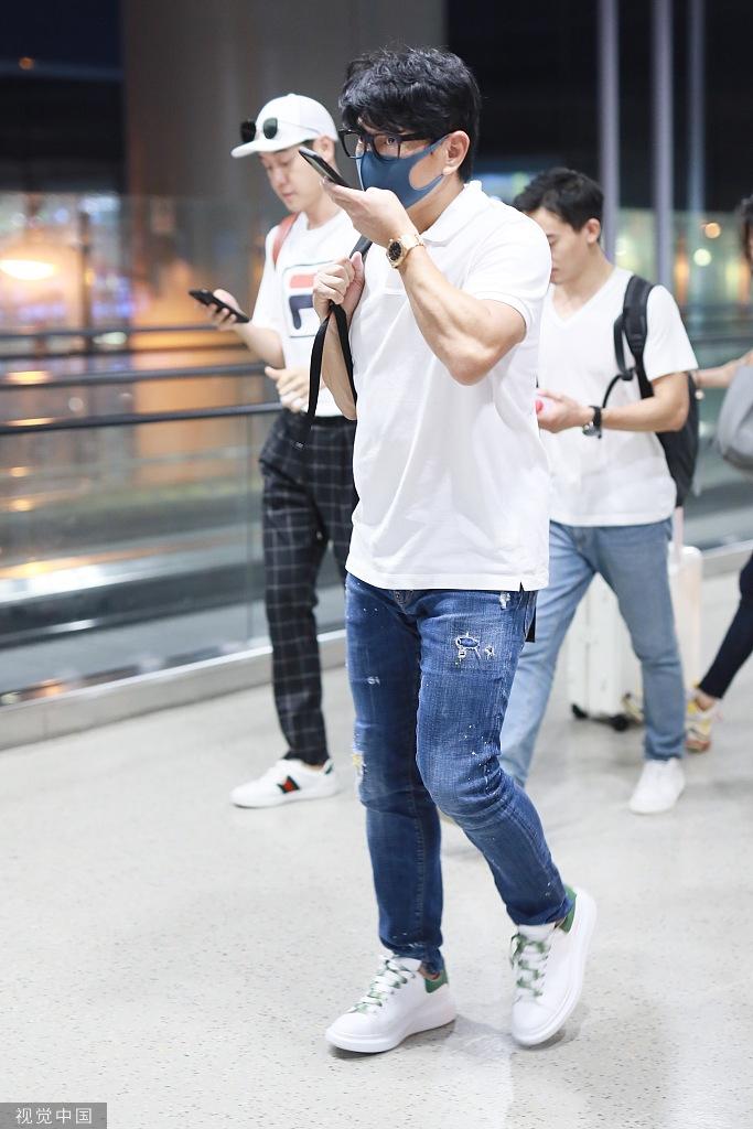 奶爸吴奇隆戴黑框眼镜现身机场一路发语音手臂肌肉瞩目_中国