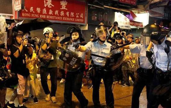 香港警察生命受威胁开枪示警,1晚5名警员受伤入院