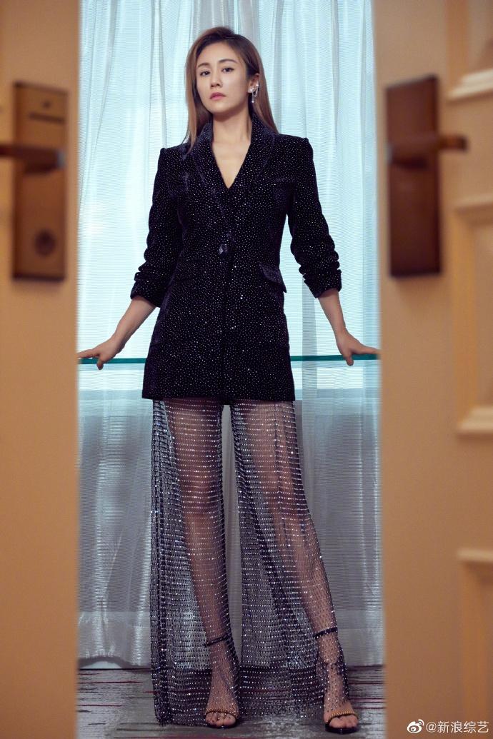 刘芸星空水钻裤搭黑色繁星西装又美又飒星星耳饰精致时尚_写真