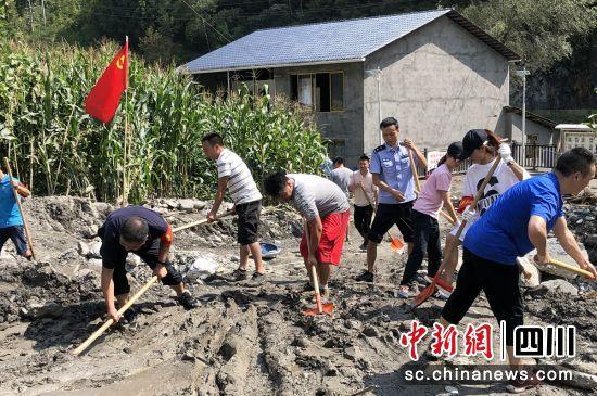 宝兴检察:党员服务队积极开展抗洪救灾