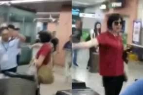 不让带喷雾进地铁,女子现场发飙见人就喷,大喊:喷光也不会给你