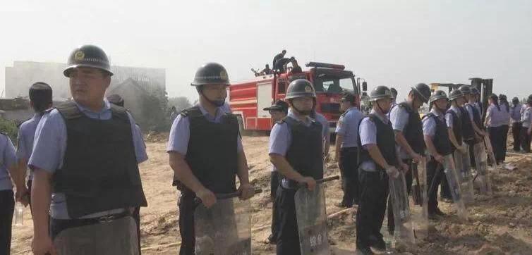 菏泽一地因拆迁爆发冲突,警方对涉案房屋依法强制拆除。