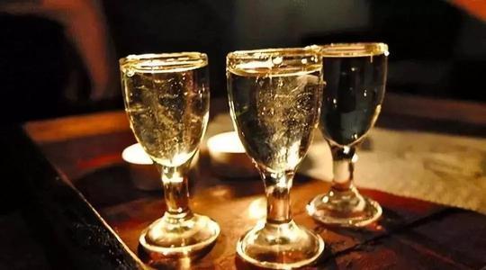 喝假酒会导致头疼、中毒,可你知道如何分辨吗?爱喝白酒的人注意