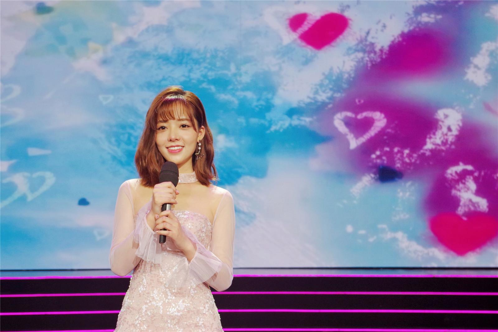 董芷依现身央视节目录制 清新可人亮片裙尽显活力