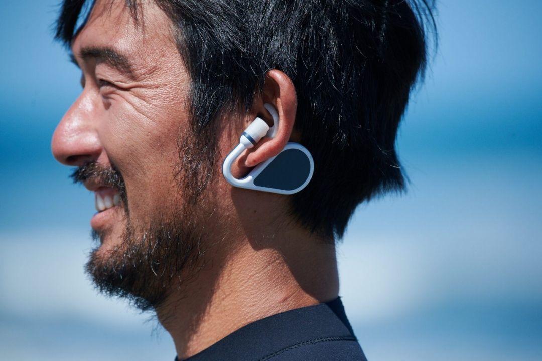 索尼众筹的这款对讲机可以戴在耳朵上