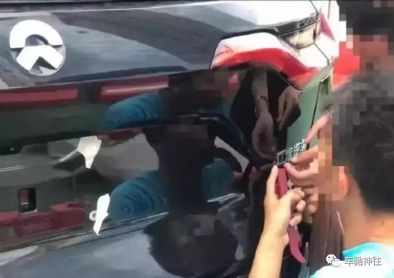 """喜提蔚来ES8的车主正在""""施工"""""""