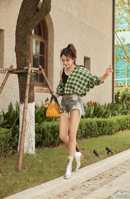 杜若溪绿色格子衬衫清爽活力热裤搭短靴秀美腿_写真照