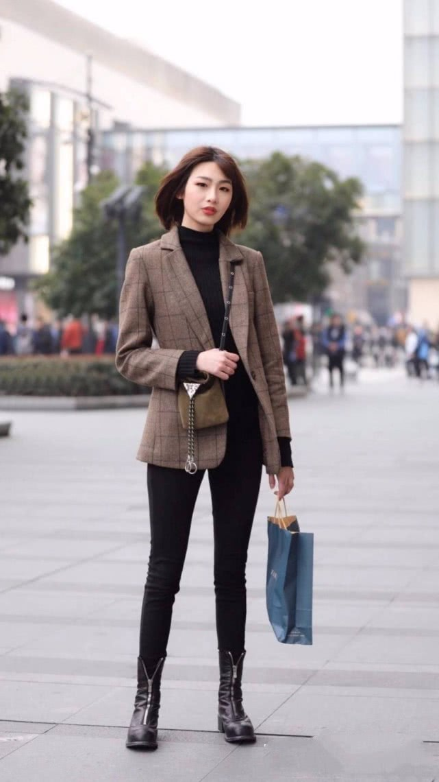 打底裤搭配看起来精气神十足,简简单单就能衬托优雅的气场