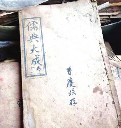 祖传的一箱古籍,眼看要烂在手里 修文一村民求专家支招修复保存