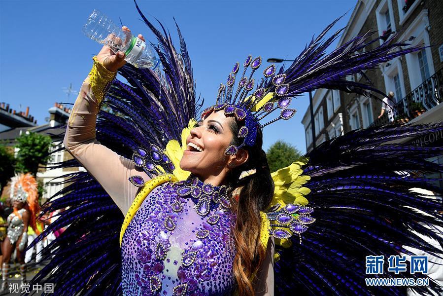 英国诺丁山狂欢节持续举行