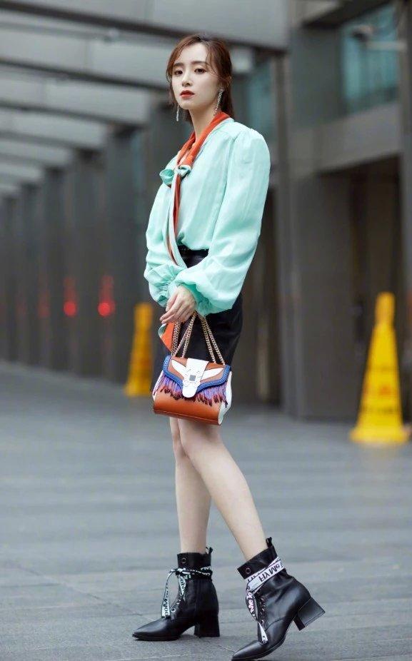 胡冰卿到底有多瘦?别人可能穿不进的靴子,她穿着往下掉堆在脚踝插图(3)