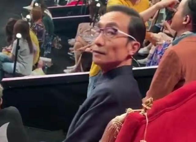 61岁巩汉林近照曝光,一头黑发文质彬彬,透露自己不一定上春晚