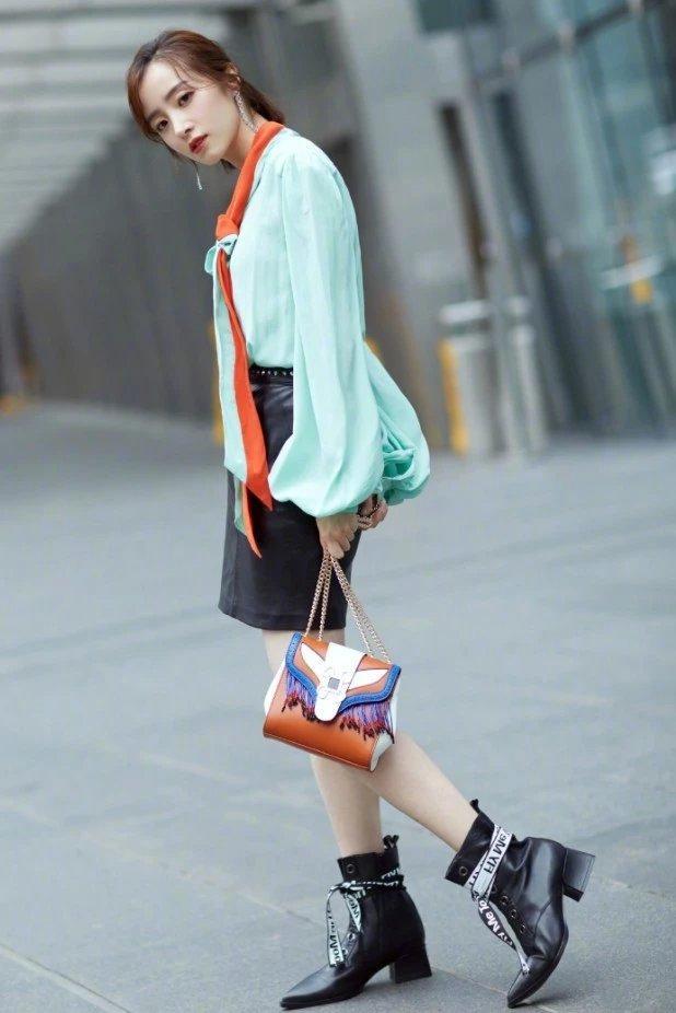 胡冰卿到底有多瘦?别人可能穿不进的靴子,她穿着往下掉堆在脚踝插图(2)
