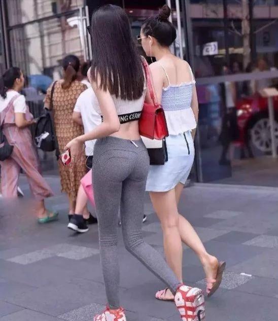 """""""液体裤""""美女火了,用闺蜜来反衬,网友:又学了一招!插图(3)"""