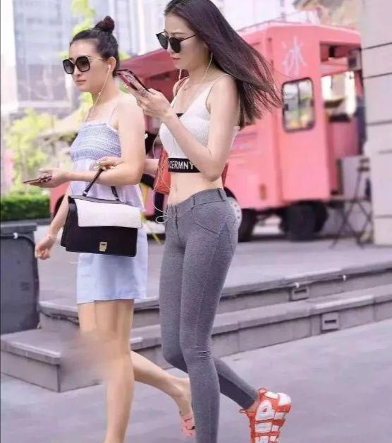 """""""液体裤""""美女火了,用闺蜜来反衬,网友:又学了一招!插图"""