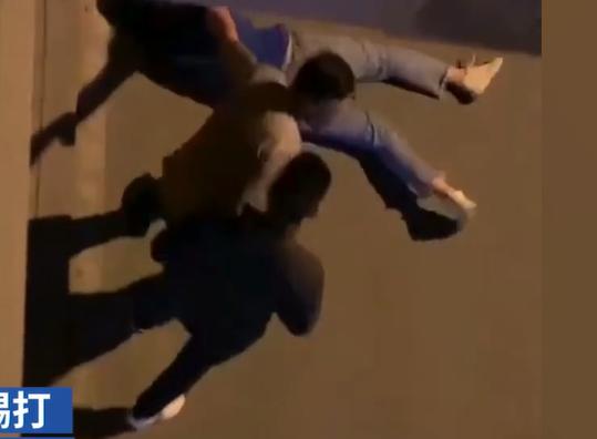 神吐槽:女子街头遭男友踢打后反想维护其不受处罚,这种男友不分留着过年吗?