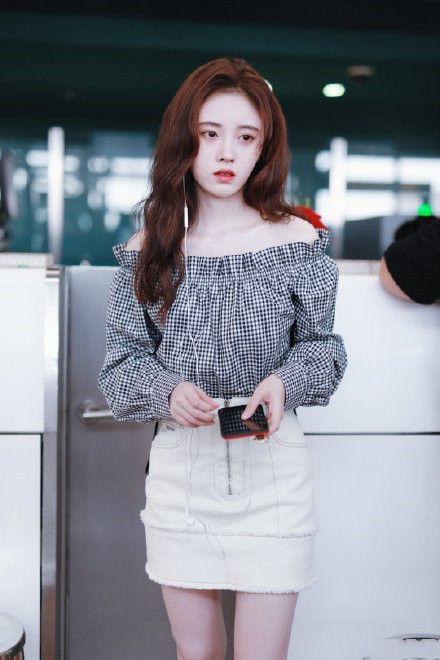鞠婧祎走机场美得闪亮,黑白装显清新少女风格,终于知道如何穿出大长腿