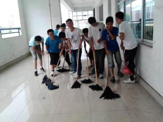 """原创            """"我在家从来不干家务"""":开学第一天,老师安排学生打扫卫生被怼"""