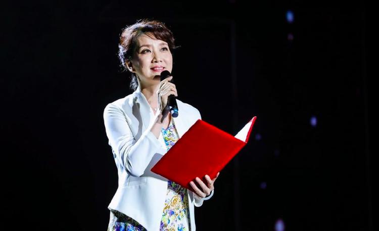 55岁李修平现身讲座主持,私下和男粉丝合影笑容太甜