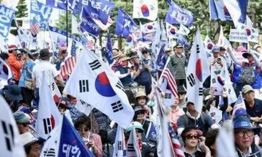 出事!韩国多地爆发大规模的弹劾示威,文在寅即将面临下台