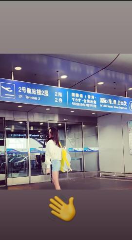 出国留学了?李嫣晒机场照,长发披肩秀长腿,回眸一笑挥手疑告别