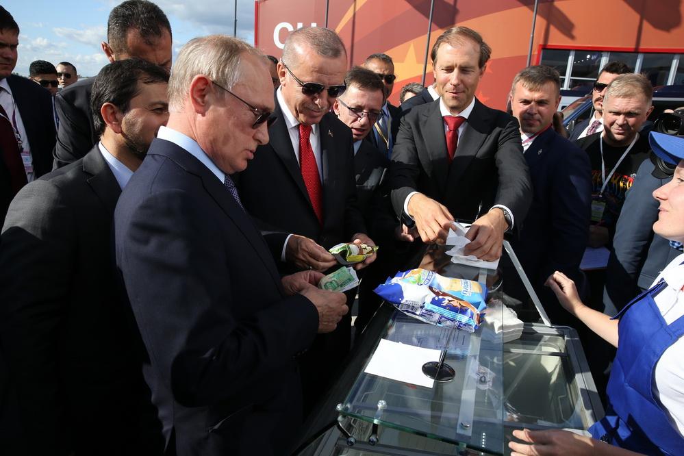 俄土总统参观莫斯科航展品尝冰激凌