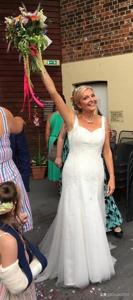 英国老妇把婚纱当便装 只为不浪费