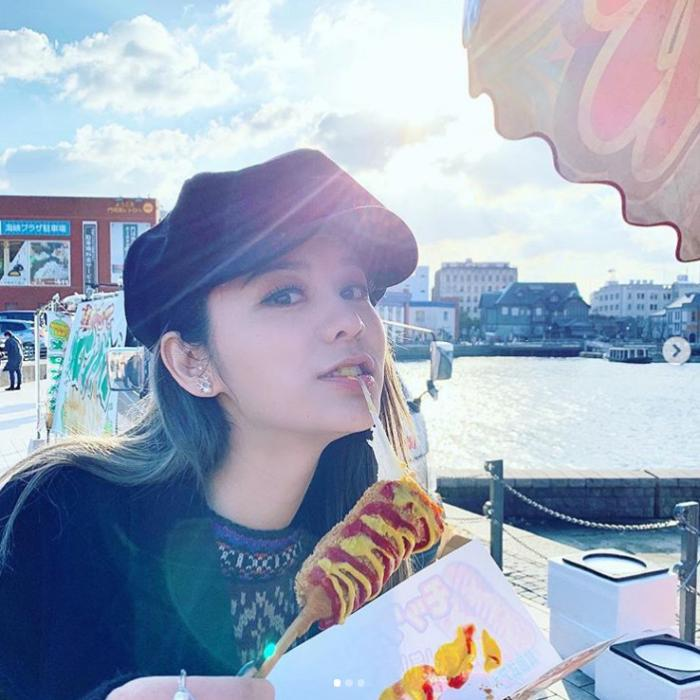 林峯女友张馨月晒照,素颜坐头等舱吃飞机餐,恋情甜蜜戴奢华手表插图