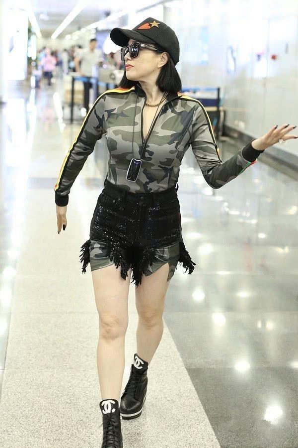钟丽缇这个年纪了还在穿紧身衣,秀不出性感来,反而让人觉得壮实