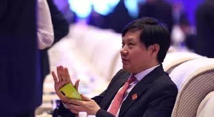 董明珠与雷军开启新赌约,上海Costco限流2000人,四大航司集体压缩餐食成本