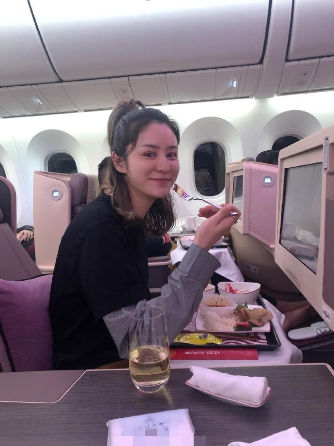 林峯女友张馨月晒照,素颜坐头等舱吃飞机餐,恋情甜蜜戴奢华手表插图(3)