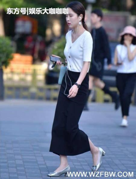 街拍:出水芙蓉的小姐姐,一件白色上衣配黑色裙子,时尚女性气质