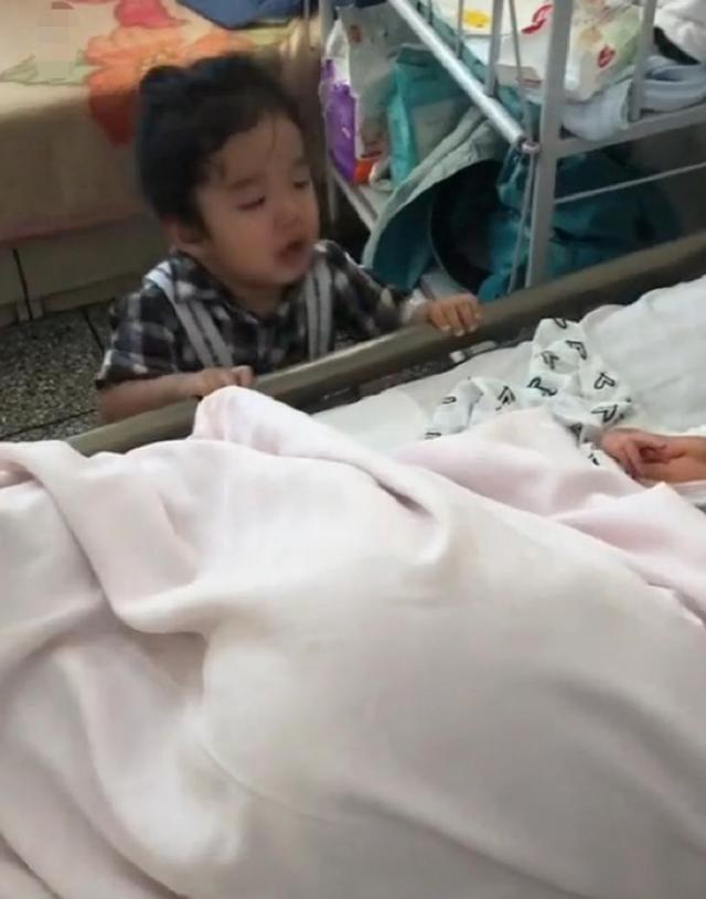 3歲的姐姐,第一次見到剛出生的弟弟,姐姐的反應令人心疼
