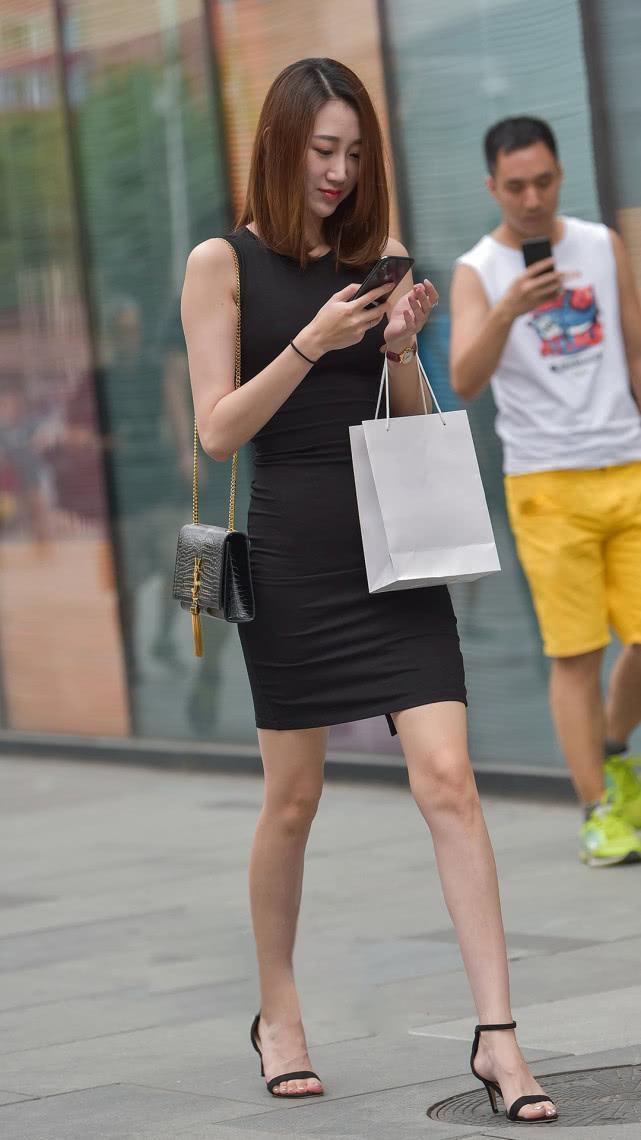 如美女美妇蜜穴_街拍美女:气质美妇一袭黑裙清凉出街,魅力尽显,演绎极简的优雅