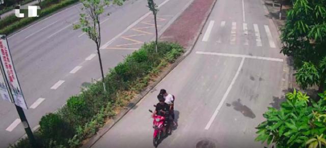 15岁少年逆行身亡,无证骑车载人还玩手机,交警认定负全责