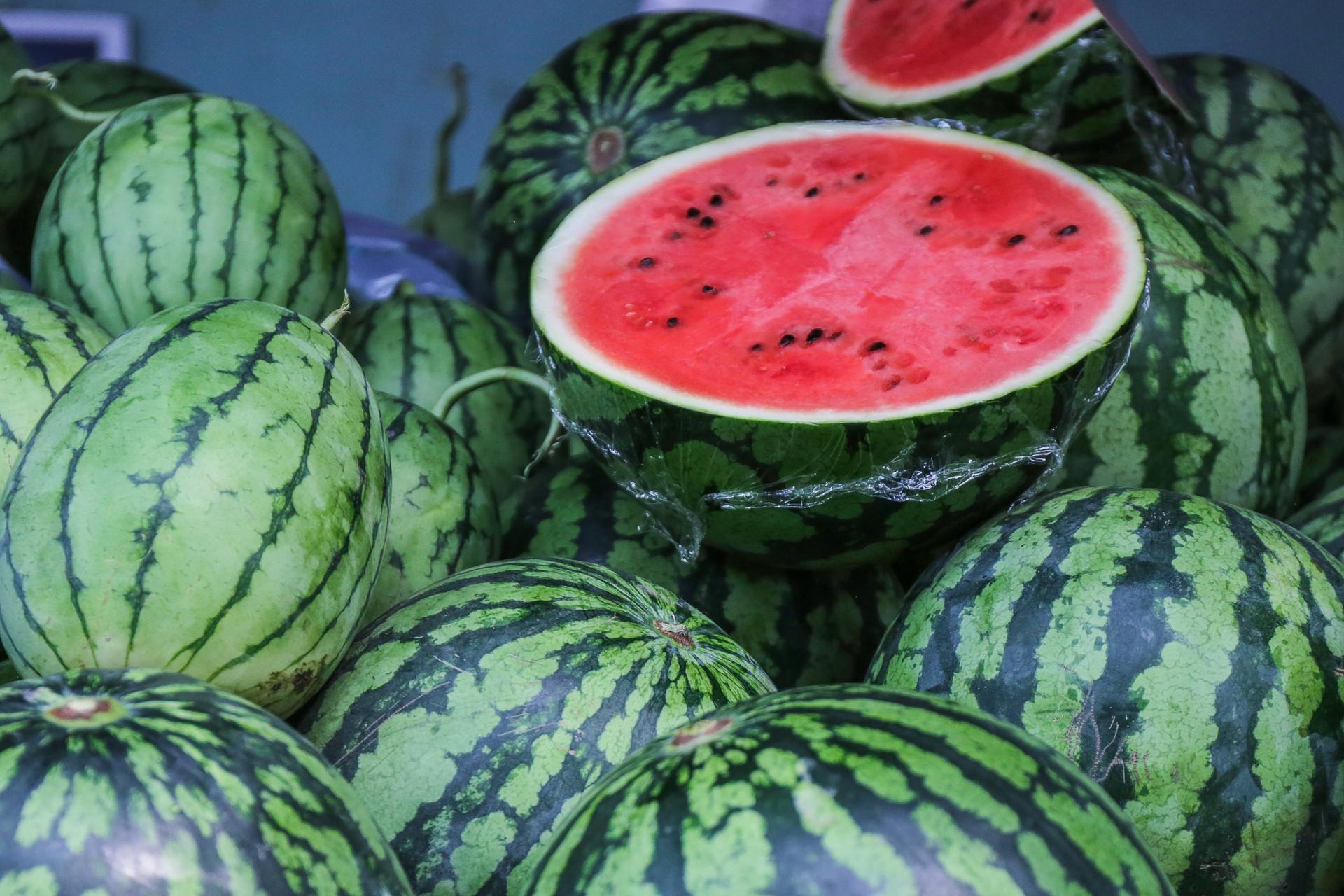 切开的西瓜包上保鲜膜更容易长细菌