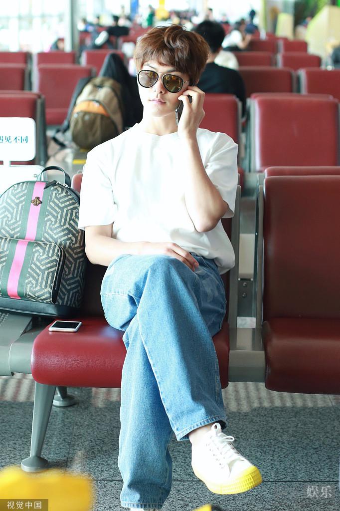 马天宇跷二郎腿打电话墨镜遮面似大佬_亲和力