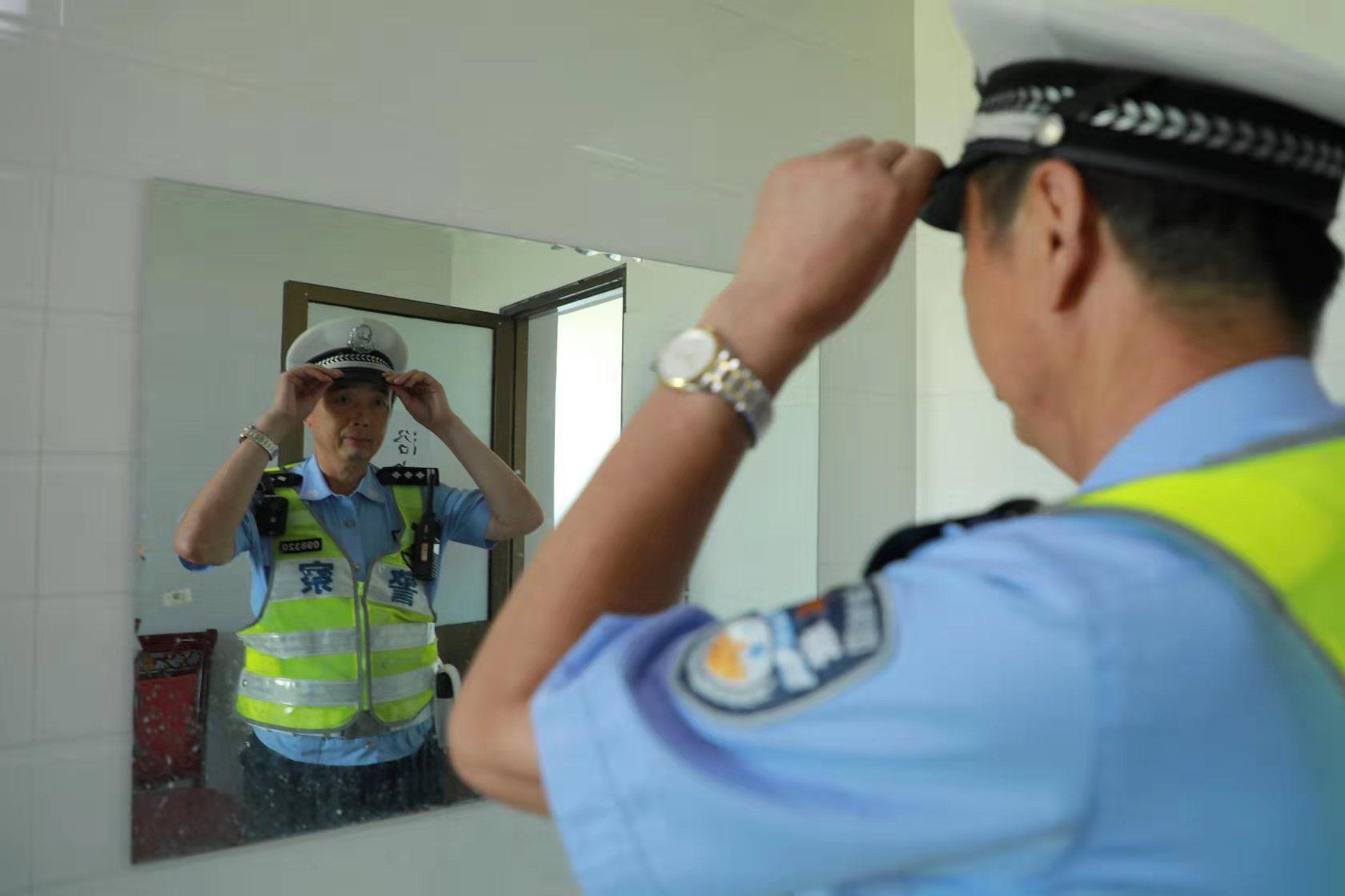 59岁老交警:干劲不输青壮 在岗一天尽一份责任